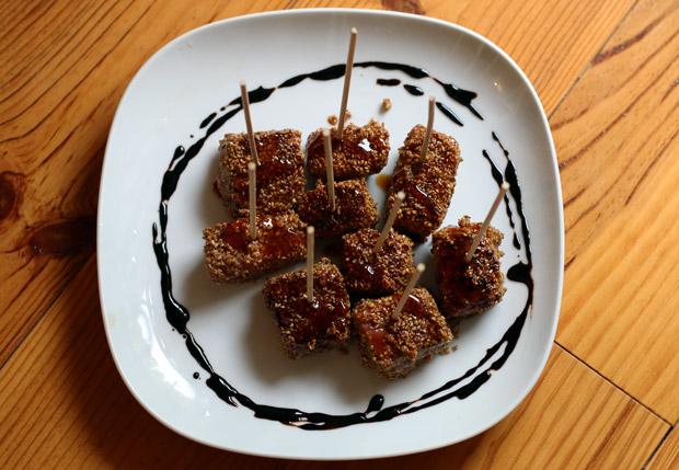 Thon mi-cuit au sésame et au piment, julienne de légumes étuvée aux épices