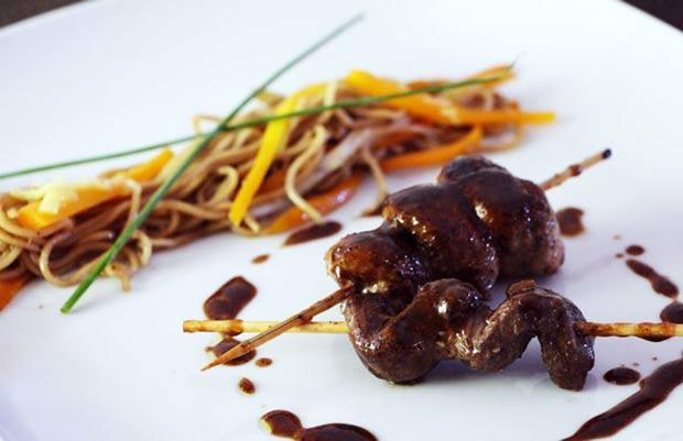 Brochette de canard Yakitori, légumes et noodle au wok