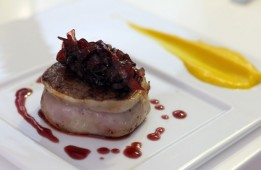 Tournedos de bœuf fleur de sel, caramel de vin rouge et purée de carotte