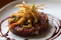 Tartare de bœuf fumé, pignon de pin et vinaigre balsamique