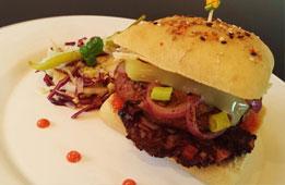 Burger Basque au boudin, salade de choux de saison au vinaigre de cidre