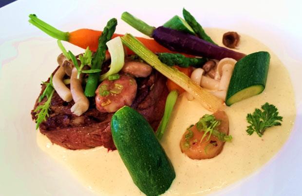 Poire de boeuf de Bazas et boudin Basque en rouelle, petits légumes, moelle et émulsion moutardée